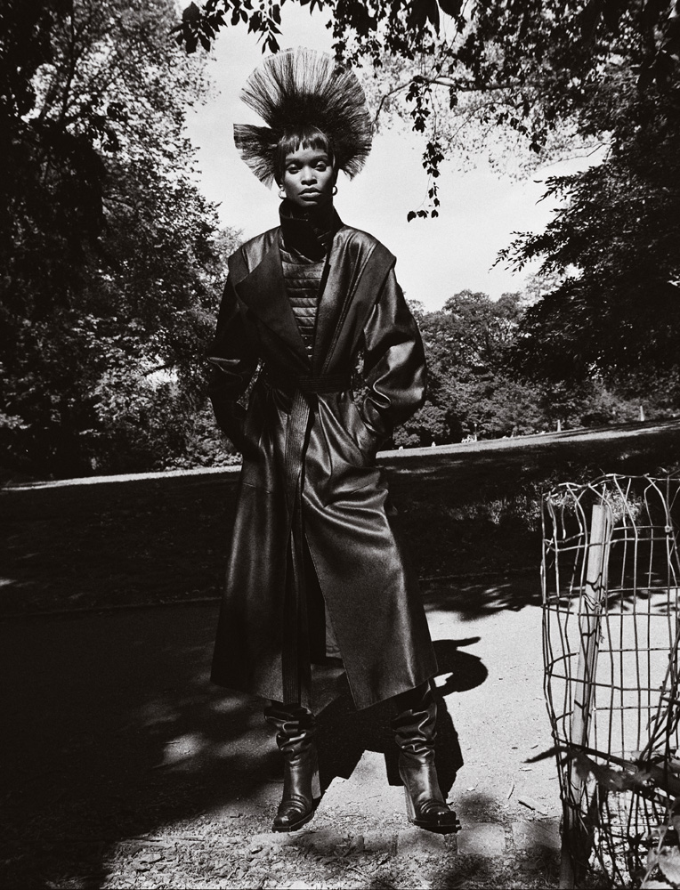 Manteau en cuir, STELLA MCCARTNEY. Boots, PROENZA SCHOULER. Mannequins : Riley Montana, Eniola Abioro, Apex Forte, Achenrin Madit, Louisiana Gonzalez, Barbra Lee Grant, Nella Ngingo, Johnny B, Ayobami Okekunle, Tianna St. Louis, Nisaa Pouncey et Malle Gueye. Coiffure : Joey George chez Management + Artists. Maquillage : Tyron Machhausen chez The Wall Group. Assistant réalisation : Christopher De La Cruz. Casting : Trent Axelson. Retouche : La Cápsula. Production : Shake Productions