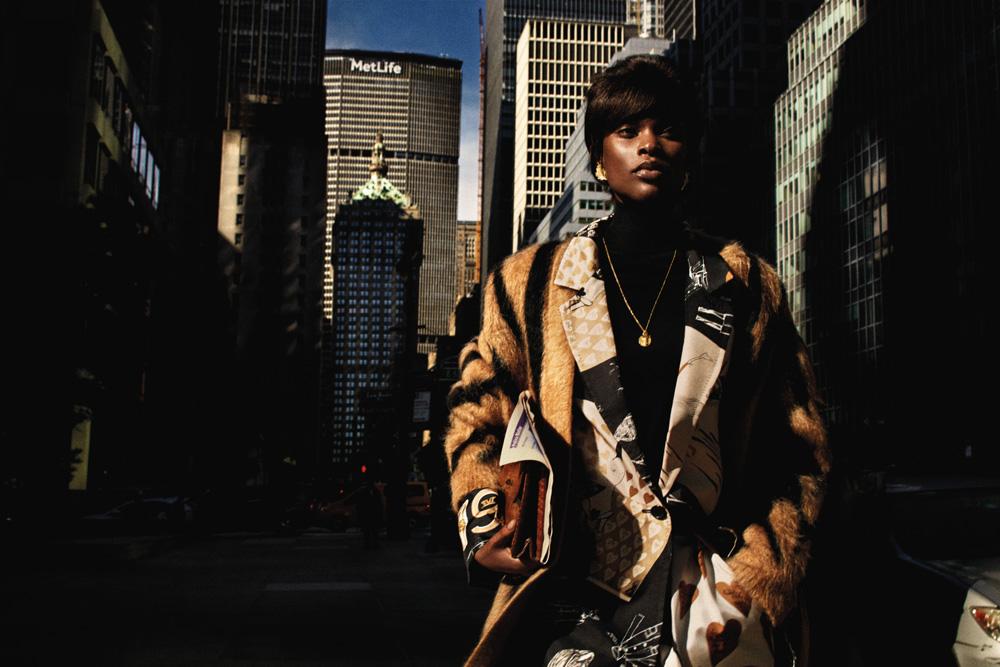 Manteau en mohair imprimé zèbre, veste et jupe en soie imprimée et pull en laine, MAX MARA. Bijoux et sac vintage.