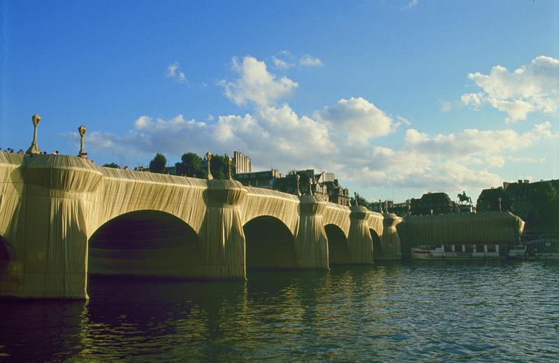 """Christo, """"The Pont-Neuf Wrapped"""" [Le Pont-Neuf empaqueté], Paris (1975-1985). © Christo 1985. Photo © Wolfgang Volz"""