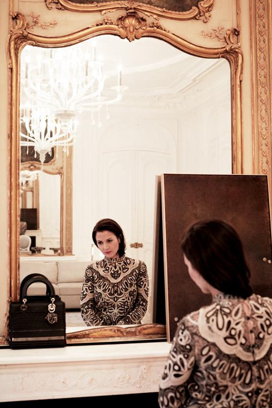 """Haut en tulle brodé et colliers """"Diorodeo"""", DIOR. Sac """"Lady Dior"""" en cuir et métal. Édition limitée DIOR LADY ART, création d'Isabelle Cornaro."""