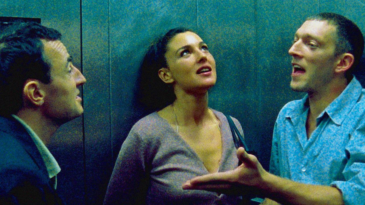 """Albert Dupontel, Monica Bellucci et Vincent Cassel sur le tournage de """"Irréversible"""" (2002)."""