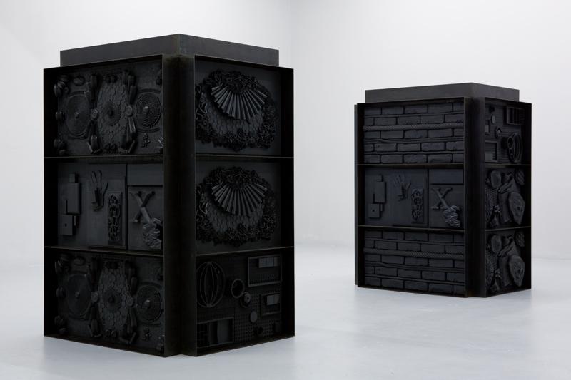 """""""God Boxes"""" d'Isabelle Cornaro (exposition à la galerie Balice Hertling en 2013). Système de tri modulaire, structure en acier et élastomère noir, 142 x 106 x 106 cm."""