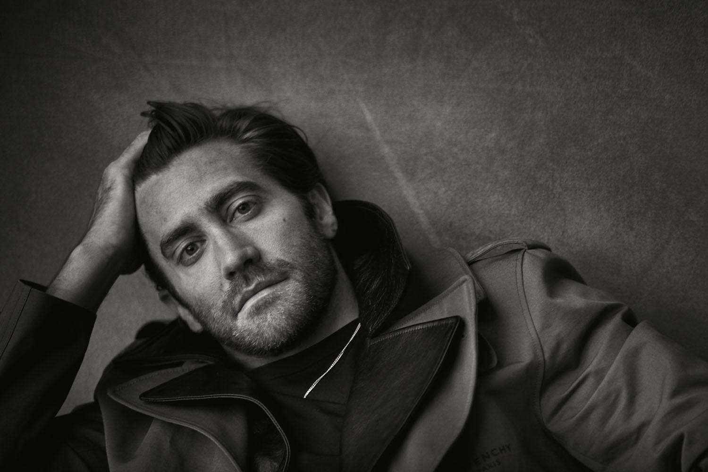 Jake Gyllenhaal porte une veste en lin et coton à col de cuir amovible, Givenchy, un tee-shirt en coton, Boss, et une chaîne, Cartier.