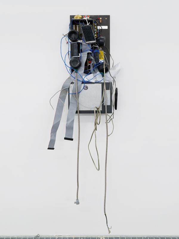 """""""Untitled (Tragic Venus)"""" (2017), de Jason Matthew Lee. Téléphone public, câbles, LEDS et téléphone portable, 100 X 20 X 19 CM © Aurélien Mole. Courtesy the artist and Crèvecoeur, Paris."""