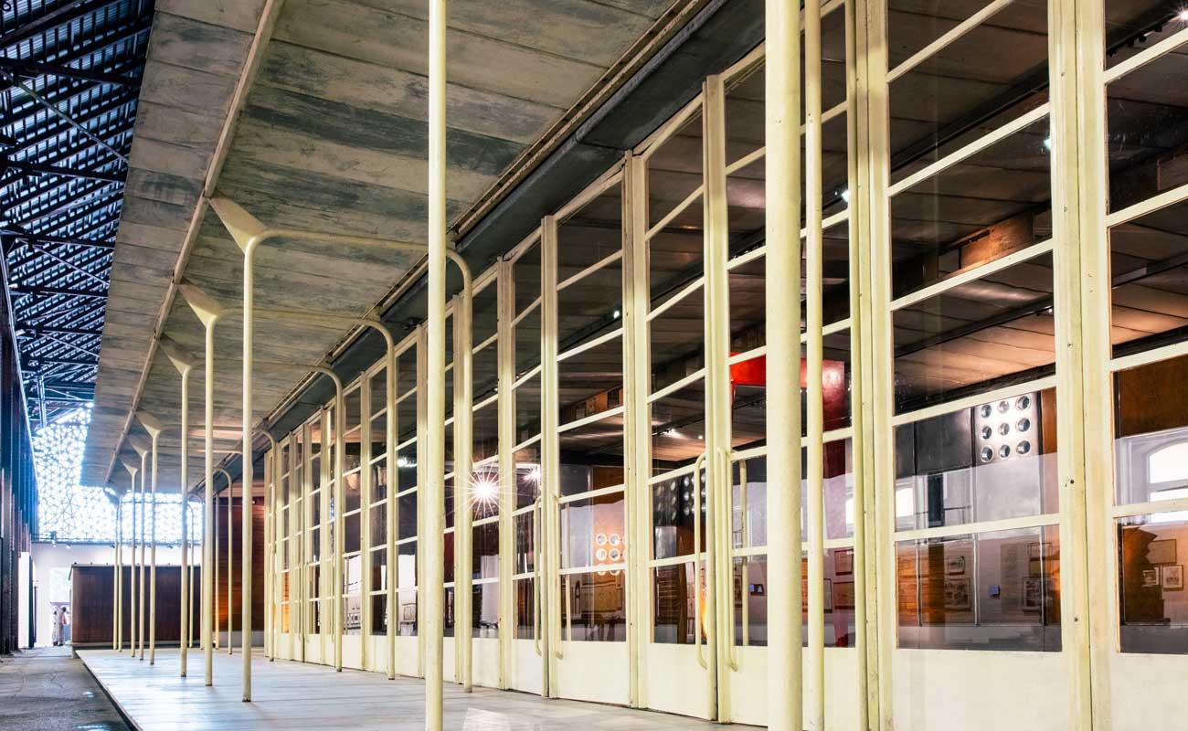 Vue de l'installation de Jean Prouvé: Architecte des jours meilleurs au sein de la Fondation Luma à Arles © Victor Picon
