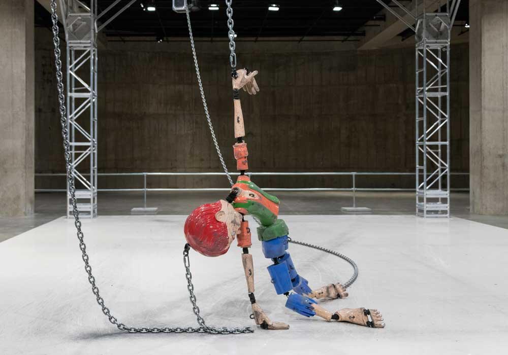 "L'installation ""Colored Sculpture"" de Jordan Wolfson. Courtesy of Tate photography (Seraphina Neville)."