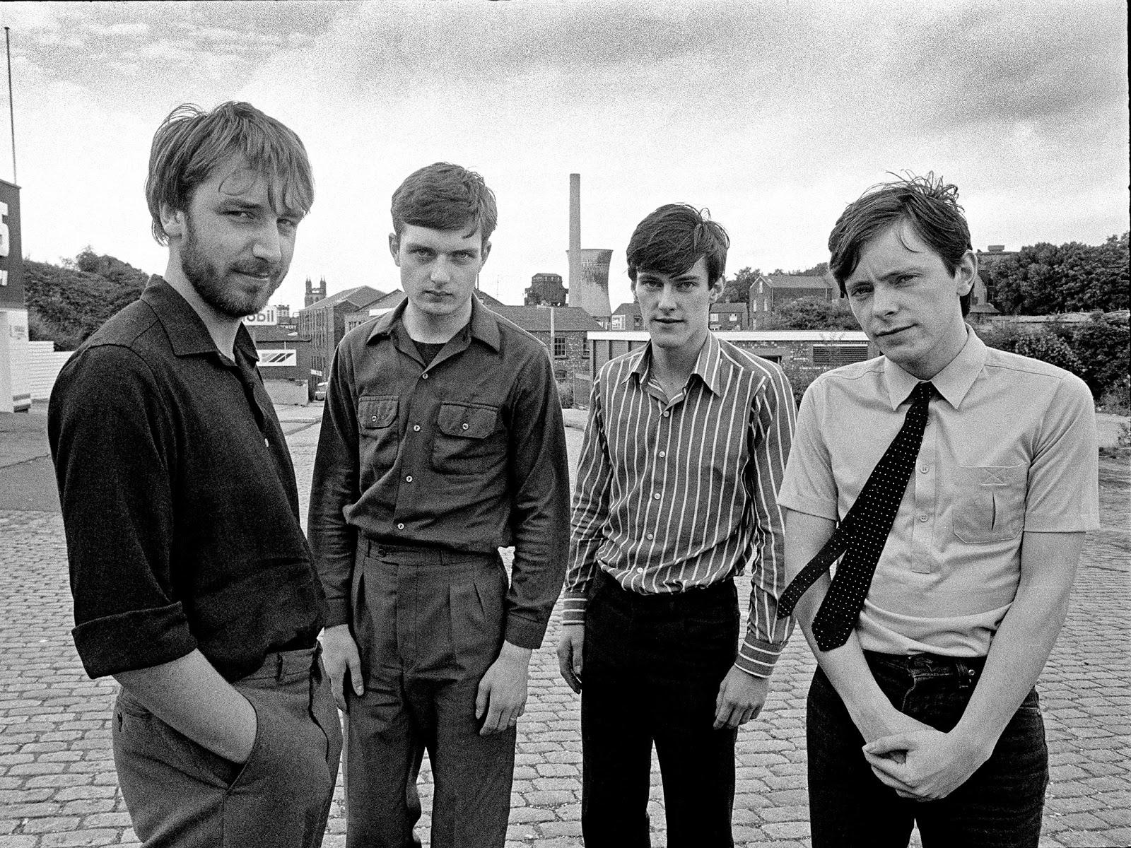 Les membres de Joy Division (de gauche à droite) : Peter Hook, Ian Curtis, Stephen Morris et Bernard Summer