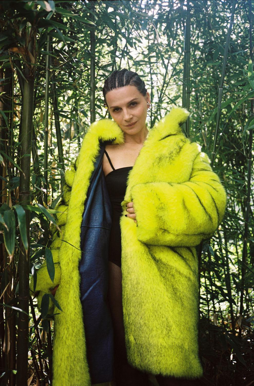 """Manteau en fausse fourrure de laine, MOON YOUNG HEE. Body """"Éternelle"""" en satin de soie, ERES. Boucles d'oreilles, ALAN CROCETTI."""
