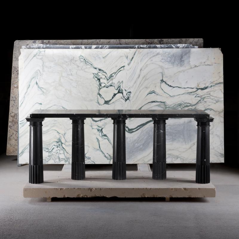Untitled II (2018) de Karl Lagerfeld, marbre noir Marquina. Courtesy of Carpenters Workshop Gallery.