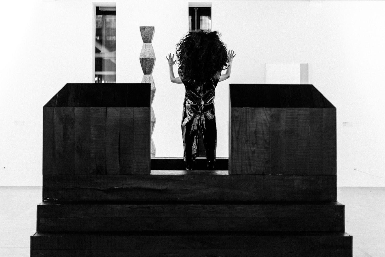 """Kembra Pfahler devant """"La Colonne sans fin III"""" de Constantin Brancusi © OwensCorp"""