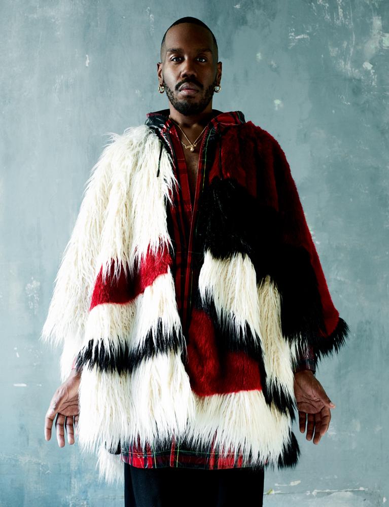 Cape en fourrure et pantalon en drap de laine, Faith Connexion. Parka en Nylon imprimé, Off White c/o Virgil Abloh. Bijoux personnels.