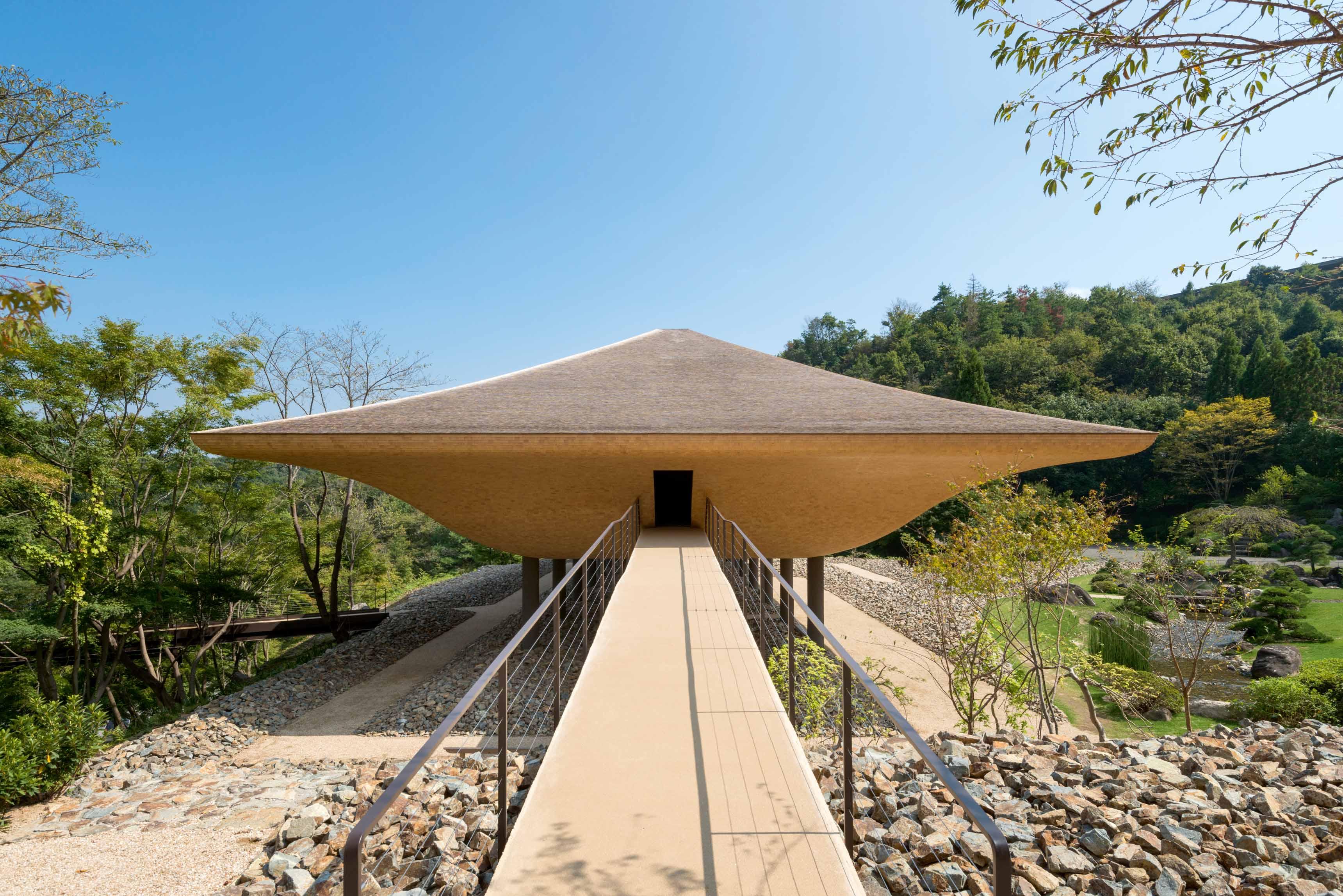 Le pavillon Kohtei (2016) de Yoshitaka Lee, Yuichi Kodai et Kohei Nawa (studio Sandwich, Kyoto) à Fukuyama, Japon.