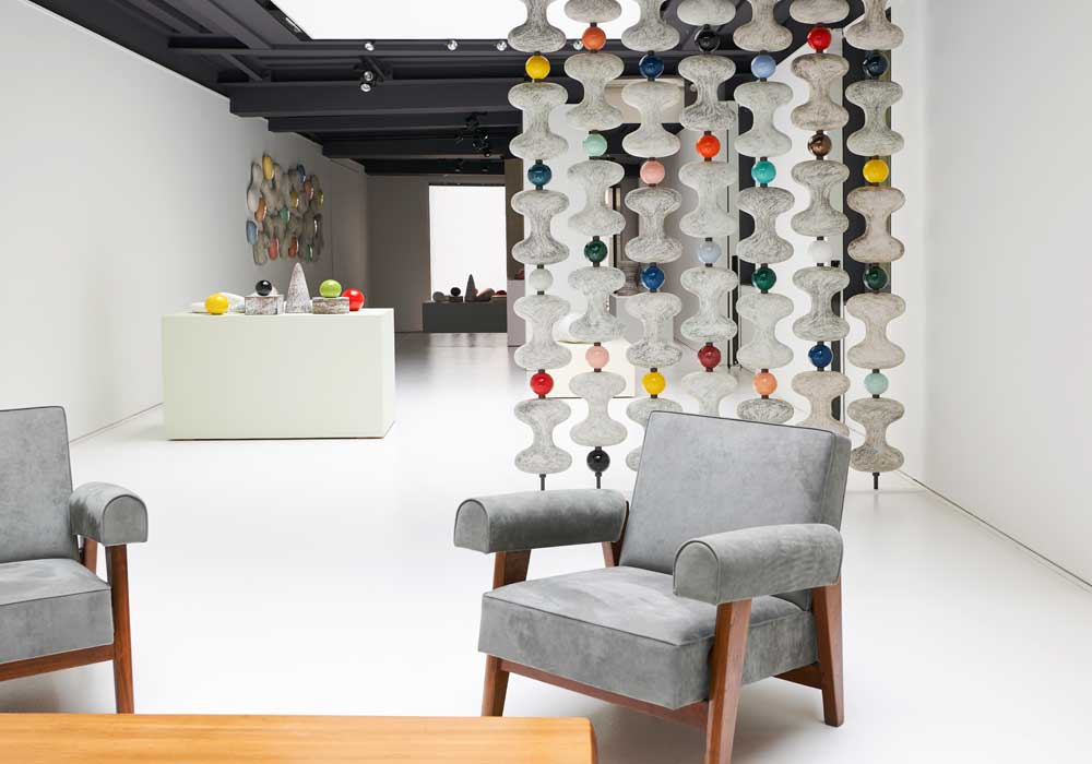 Les céramiques de la nouvelle exposition de Kristin McKirdy à la galerie Jousse Entreprise – Mobilier d'architecte, visibles jusqu'au 23 juin.