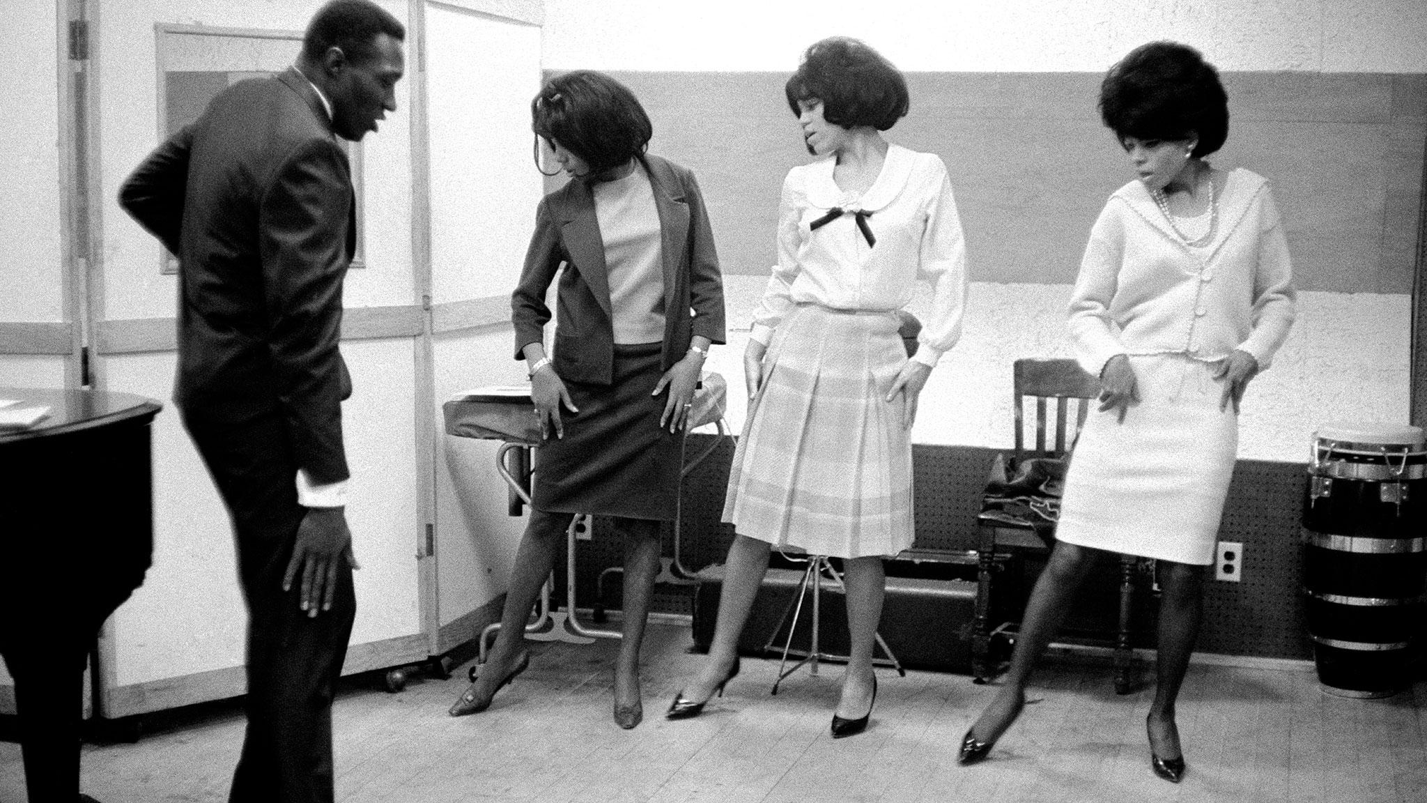 The Supremes (de gauche à droite, Mary Wilson, Florence Ballard et Diana Ross) avec Harvey Fuqua de l'équipe de développement artistique du Motown, 1965