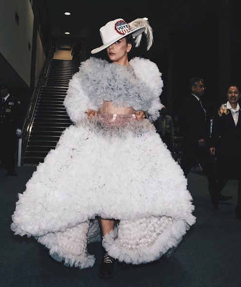 L'artiste Lady Gaga porte une robe Tomo Koizumi en 2016.