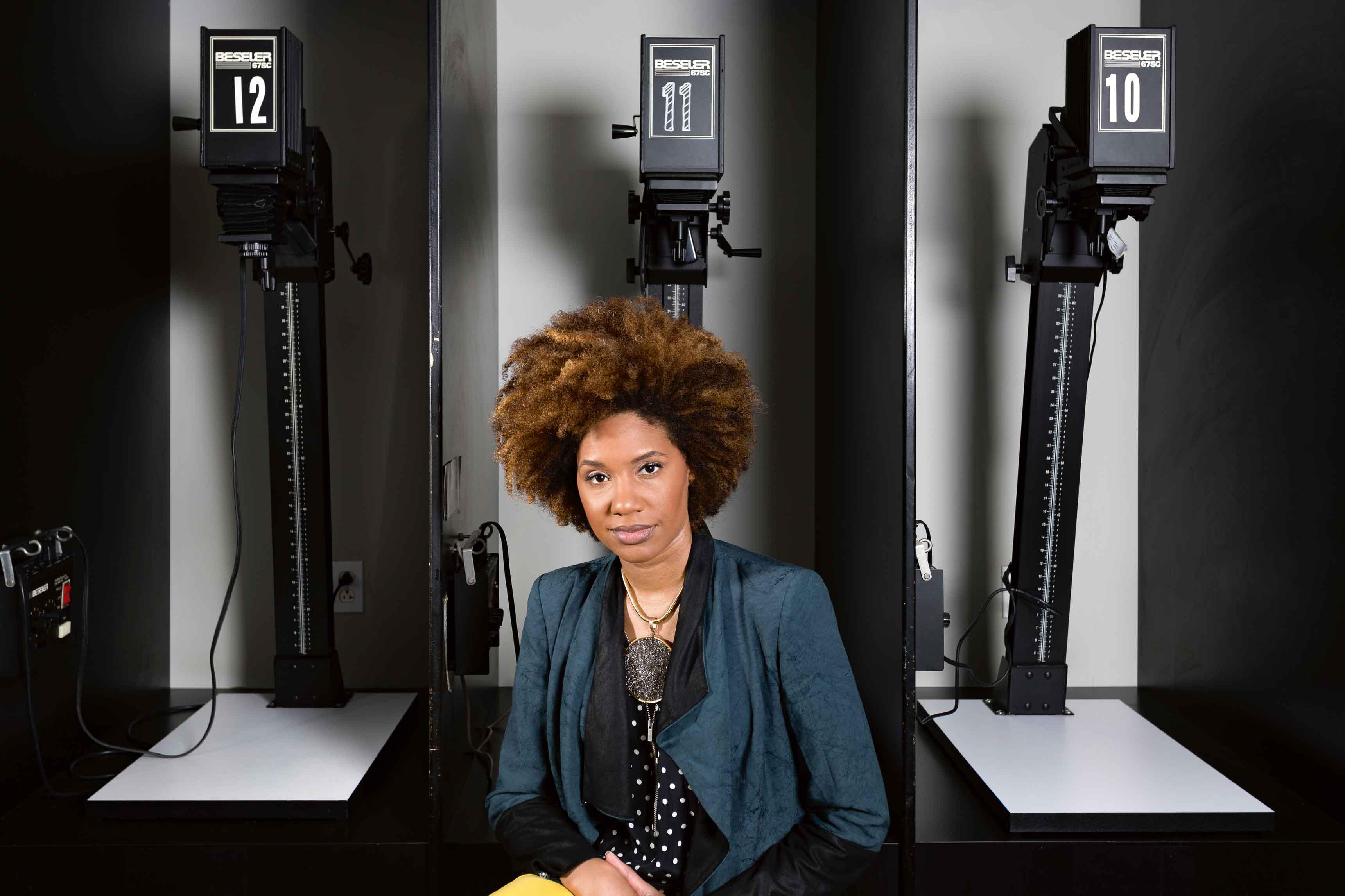 Latoya Ruby Frazier, photographiée dans une chambre noire à Pittsburgh. L'artiste est représentée par la galerie Michel Rein, à Paris et Gavin Brown à New York.