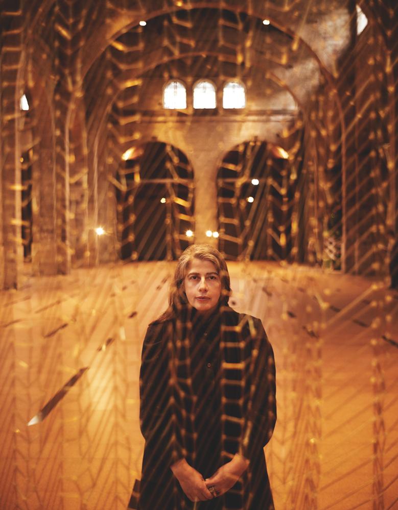 L'artiste d'origine portugaise Leonor Antunes devant l'une de ses œuvres en laiton, tendue dans la nef du CAPC – musée d'Art contemporain de Bordeaux. Elle représente le Portugal à la Biennale de Venise.