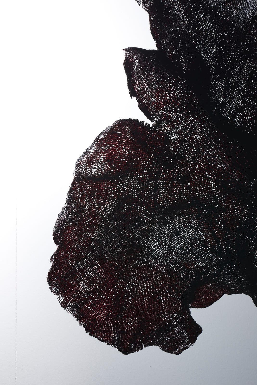 Éponge noire sur socle en laiton plaqué noir mat, LIAIGRE. 54 x 59 x 11 cm
