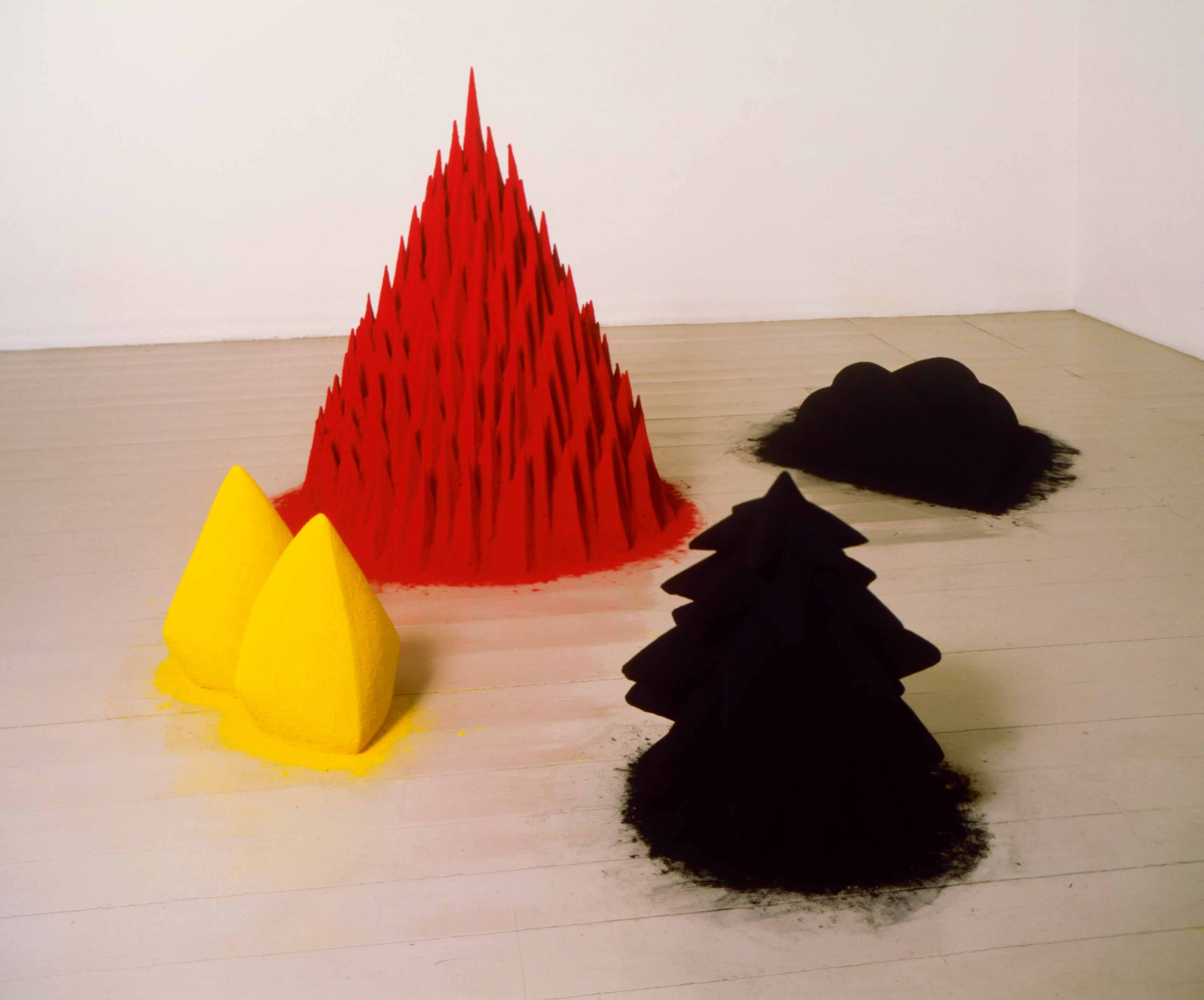 """""""White Sand, Red Millet, Many Flowers"""" (1982) d'Anish Kapoor, Techniques mixtes, 101 x 241,5 x 217,4 cm"""
