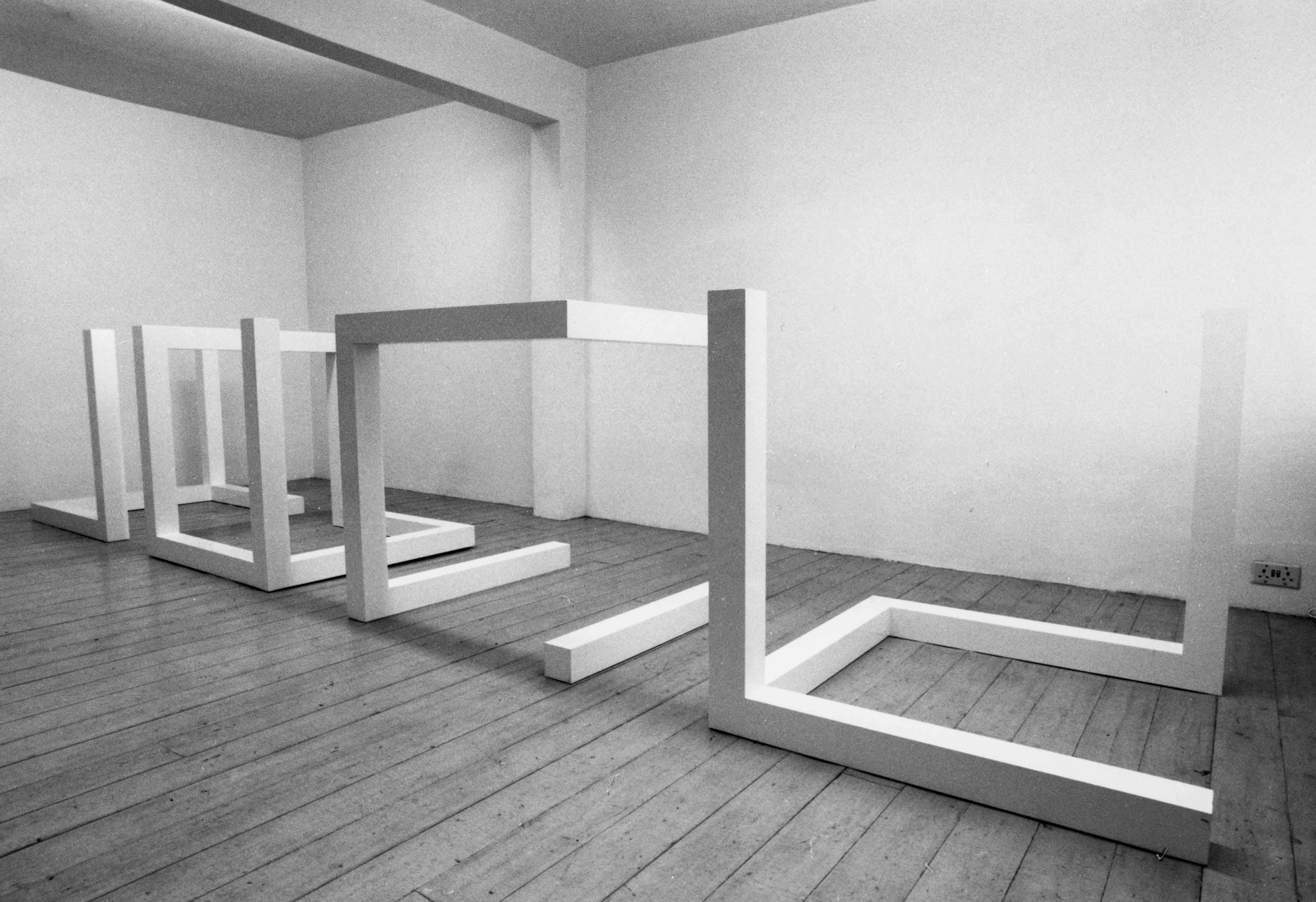 "Vue de l'exposition ""New Works - Structures & early working drawings"" (1977) de Sol Lewitt, à la Lisson Gallery"