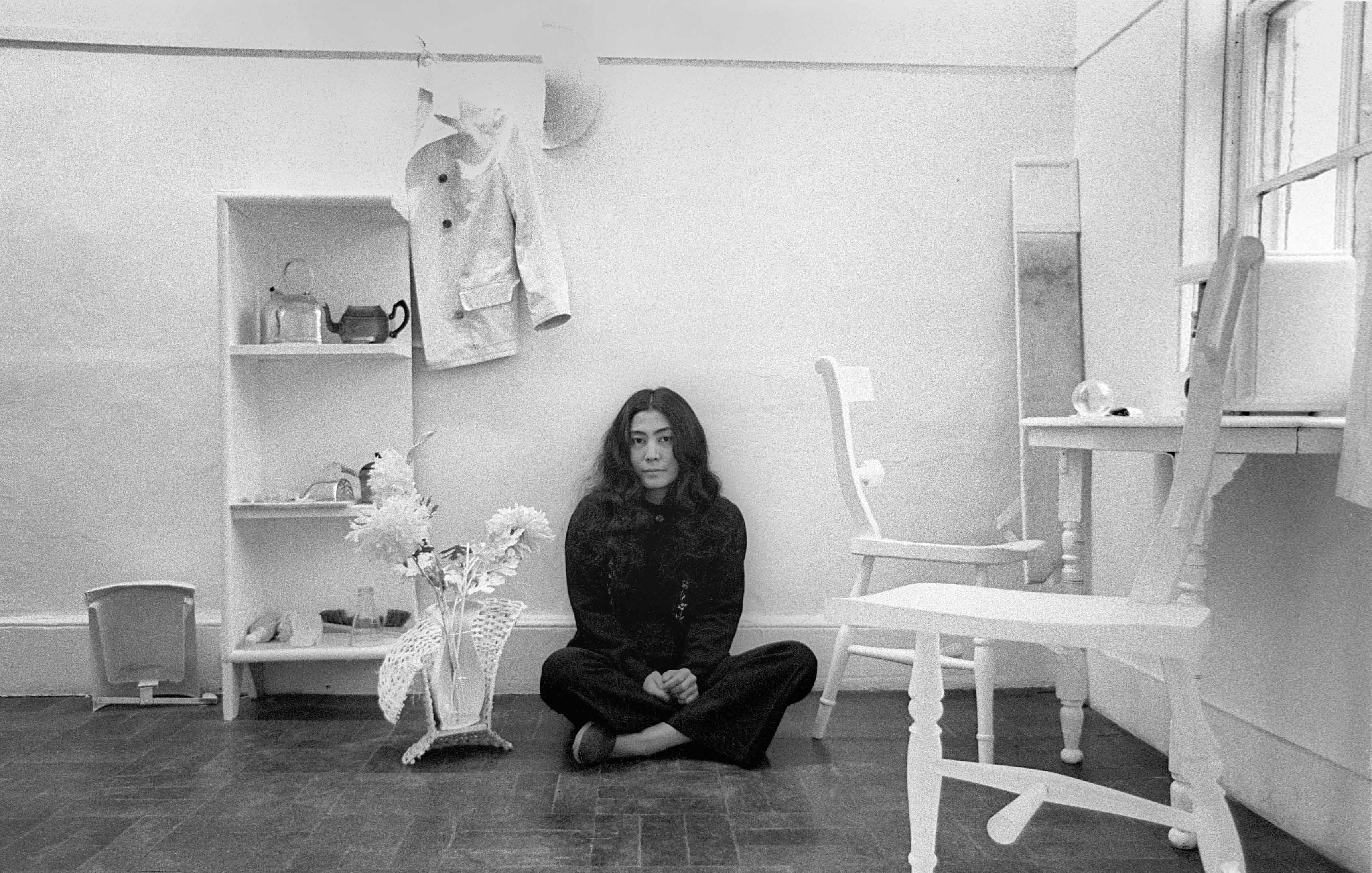 Yoko Ono au sein de son installation Half-a-Room à la Lisson Gallery en 1967, année de son ouverture.
