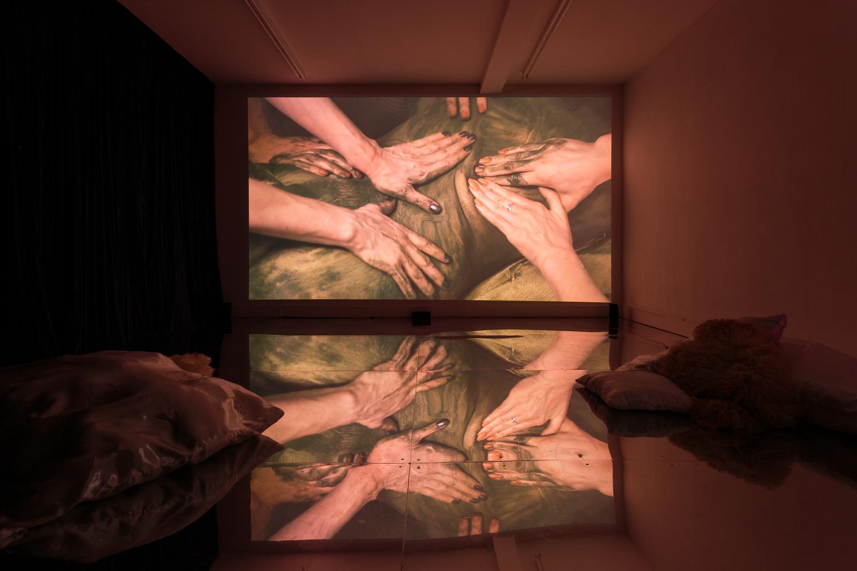 """Zoe Williams, """"Sunday Fantasy"""" (2019). Vue d'installation. Film co-réalisé par Amy Gwatkin, courtesy of the artist and Antoine Levi gallery, Paris. Photo: Tim Bowditch"""