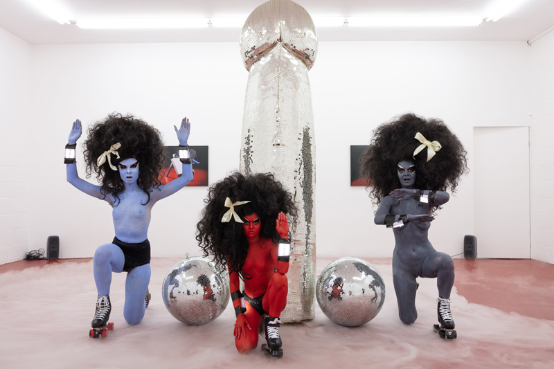 """Kembra Pfahler, vue de la performance """" Rebel Without A Cock"""" (2019) à Emalin, Londres. Courtesy of the Artist and Emalin, London. Photo: Plastiques"""