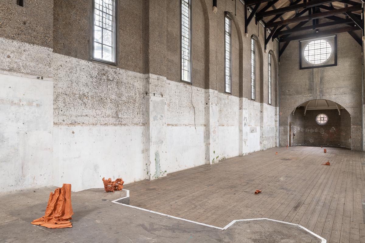 """Beth Collar, """"Daddy Issues"""" (2019). Photographie de l'installation par Damian Griffiths. Courtesy de l'artiste, CGP London et Matt's Gallery"""