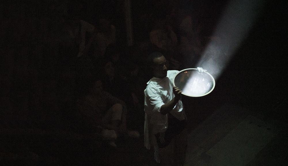 """Vue de la performance """"Sènsa"""" (2019) de Paul Maheke et Melika Ngombe Kolongo (Nkisi)."""