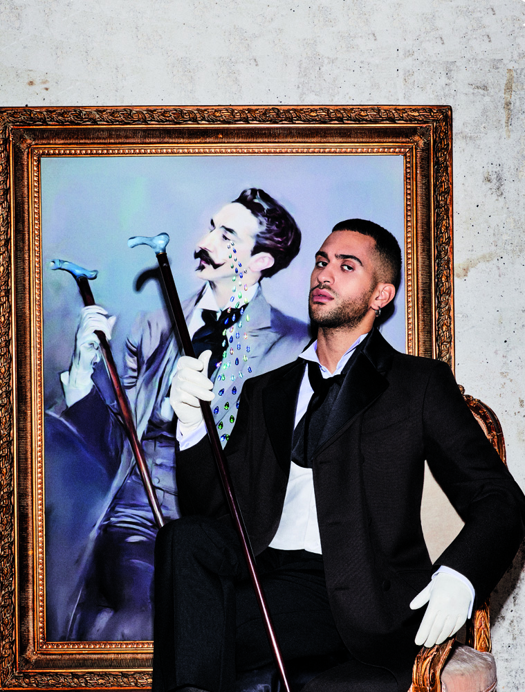Mahmood est habillé en Prada. Canne, Galerie Fayet. Gants, Agnelle.