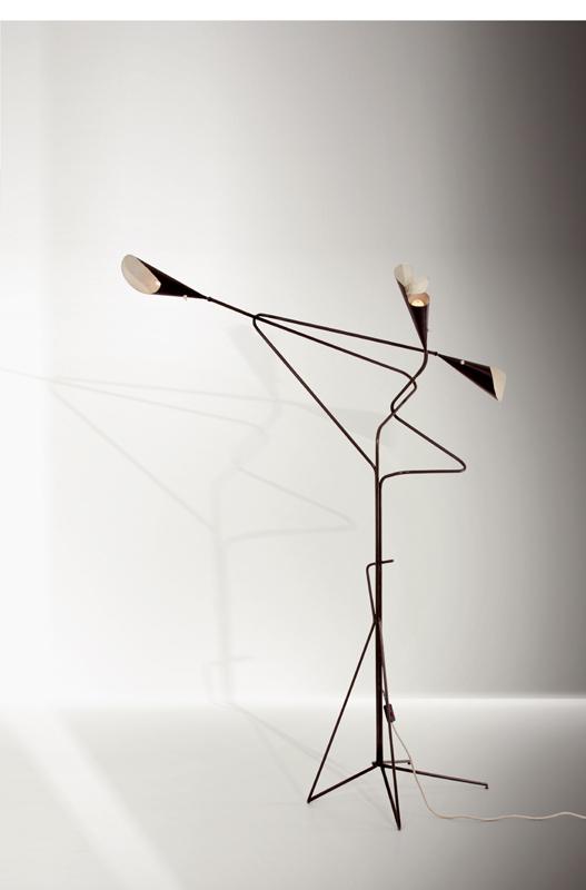Unique et spectaculaire lampadaire des architectes Gianni Saibene et Cesare Seregni, créé sur commande pour la Casa B à Milan. Trois lumières orientables en laiton et tôle d'aluminium laquée. Italie, vers 1950-1954, état d'origine. Galerie HP Le Studio.