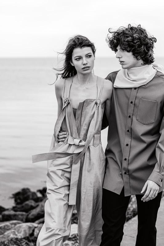 Elle : combinaison en cuir, SALVATORE FERRAGAMO. Body, INTIMISSIMI. Lui : chemise et pantalon en coton, et foulard, ACNE STUDIOS.