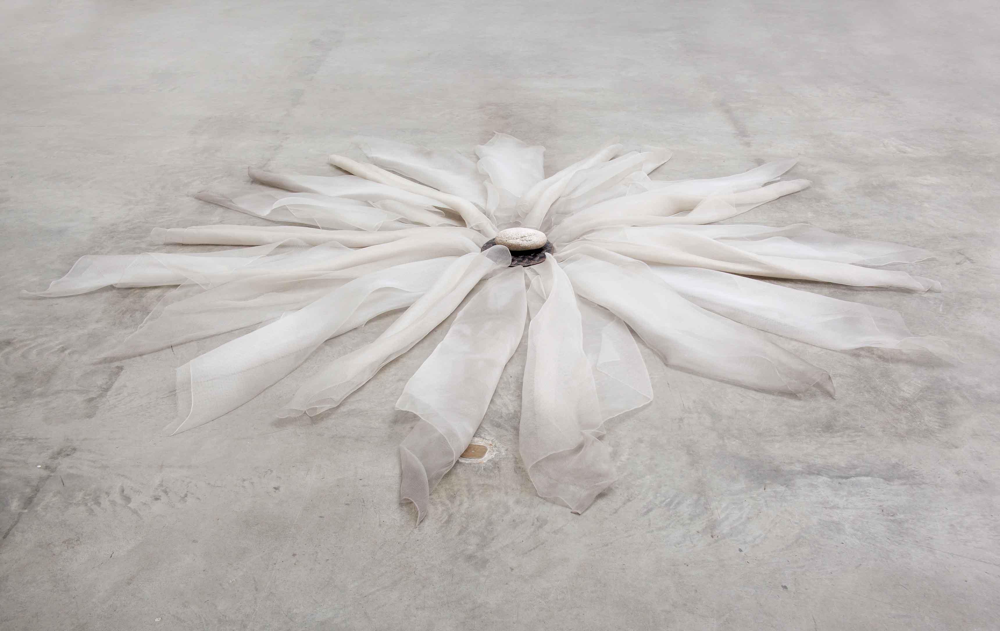 Untitled (1979), de Marisa Merz. Fibre de nylon, fer et pierre, 15 x 290 x 290 cm.