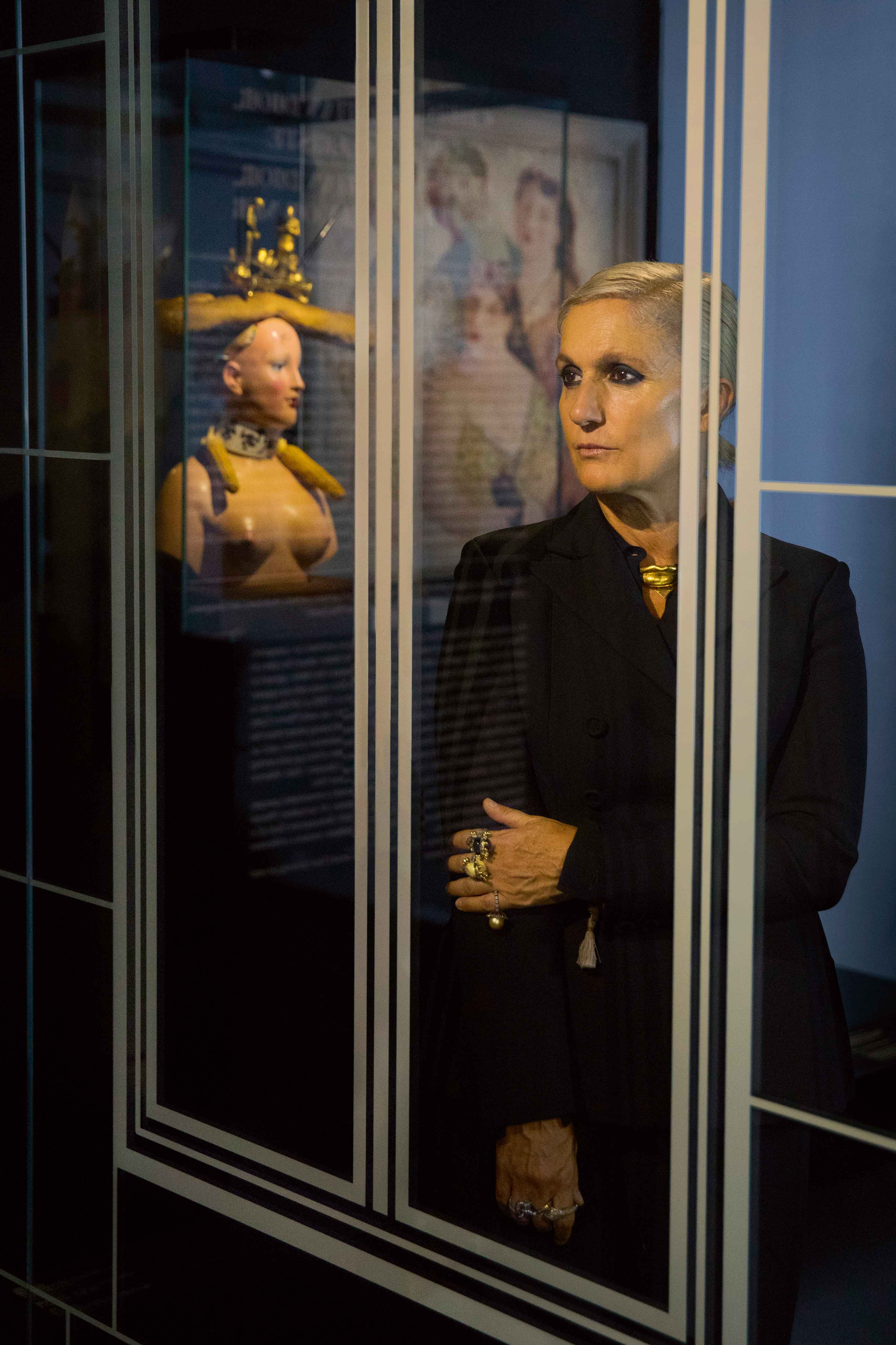 """Maria Grazia Chiuri, photographiée au sein de l'exposition """"Christian Dior, couturier du rêve"""" au Musée des Arts Décoratifs."""