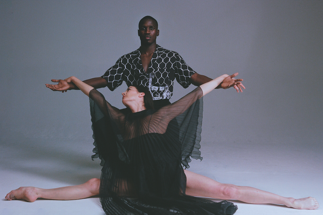 Marie-Agnès Gillot : robe en mousseline, GUCCI. Souleymane Cissokho : chemise, OFF-WHITE C/O VIRGIL ABLOH. Pantalon, ROCHAS.