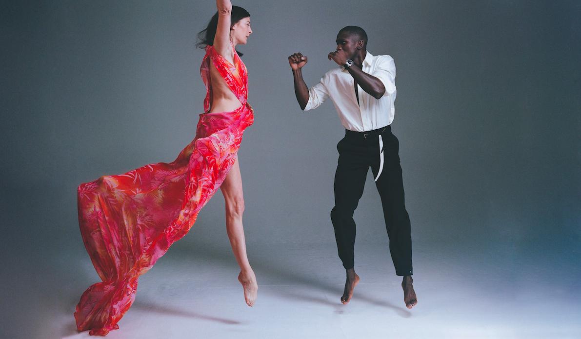 Marie-Agnès Gillot : robe longue imprimée, VERSACE. Souleymane Cissokho : chemise, LOUIS VUITTON. Pantalon, ROCHAS. Montre, AUDEMARS PIGUET.