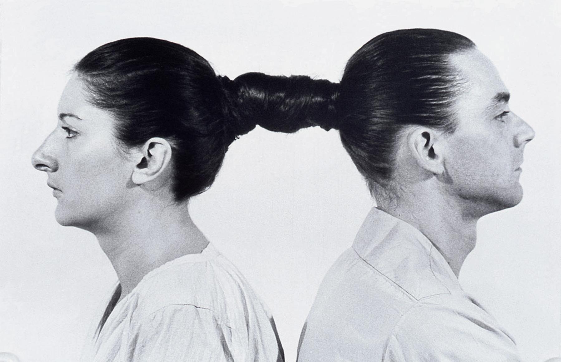 """La performance """"Relation in Time"""" réalisée par Marina Abramović et Ulay en 1977."""