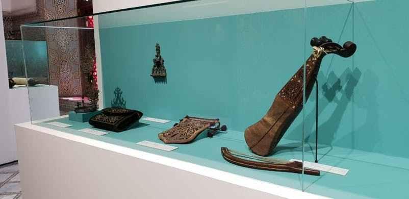 Les objets exposés et issus des voyages de Patti Birch.
