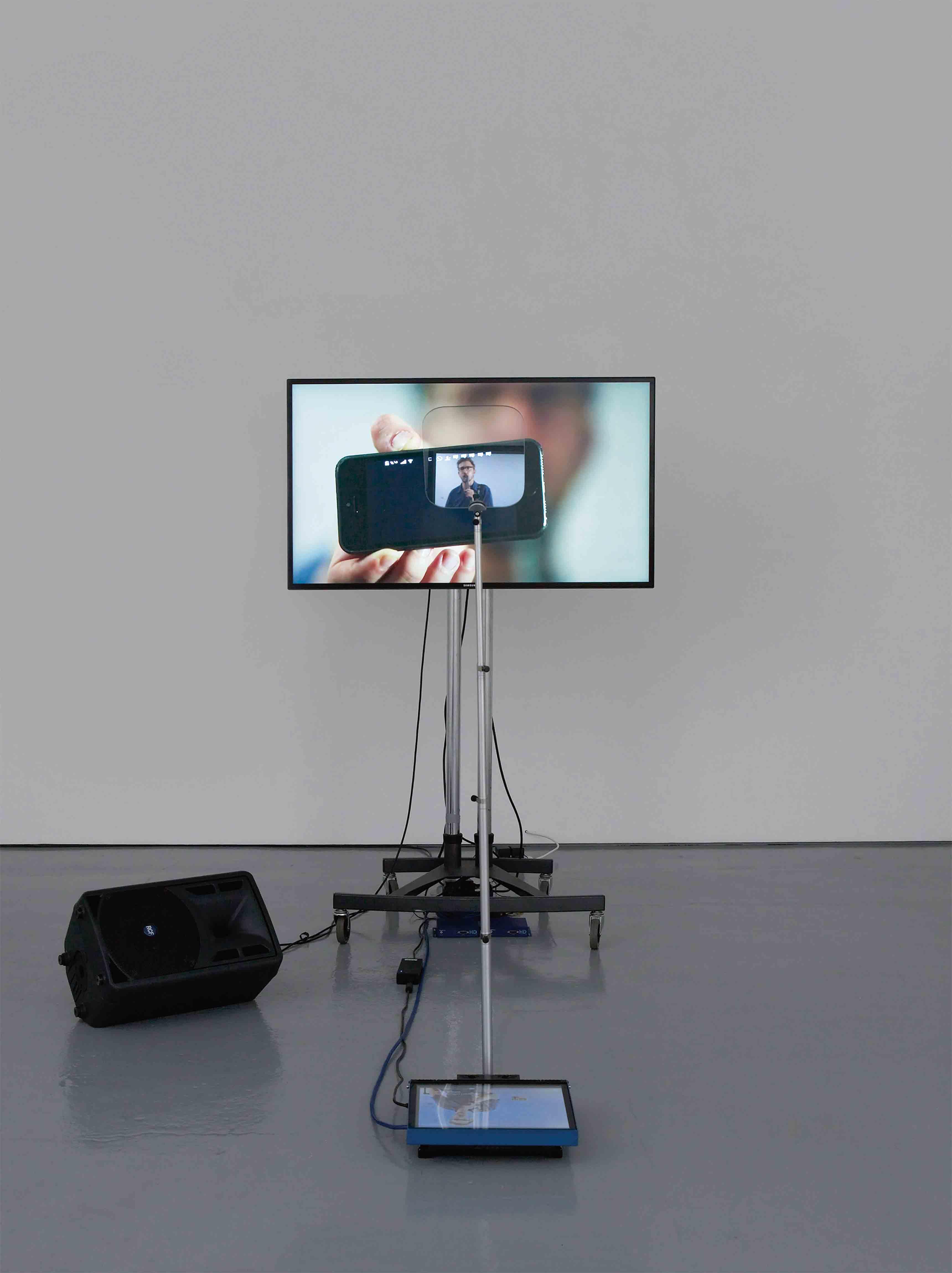 """""""Contra Diction"""" (Speech Against Itself) (2015), de Lawrence Abu Hamdan. Installation de deux vidéos, téléprompteur, écrans, micros, dimensions variables."""
