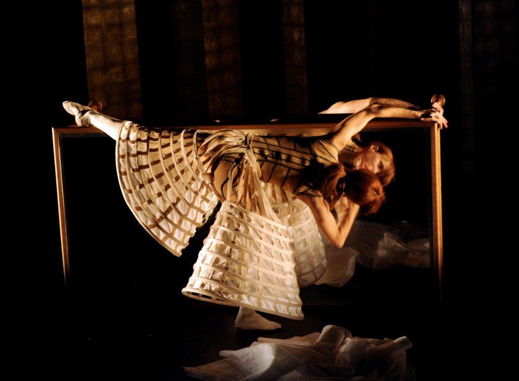 """""""Eonnagata"""" (2009) de Russell Maliphant, Sylvie Guillem et Robert Lepage."""