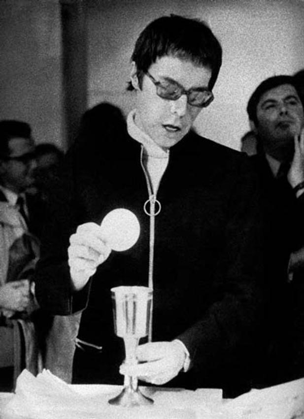 """La performance """"Messe pour un corps"""" réalisée par l'artiste français Michel Journiac en 1969."""