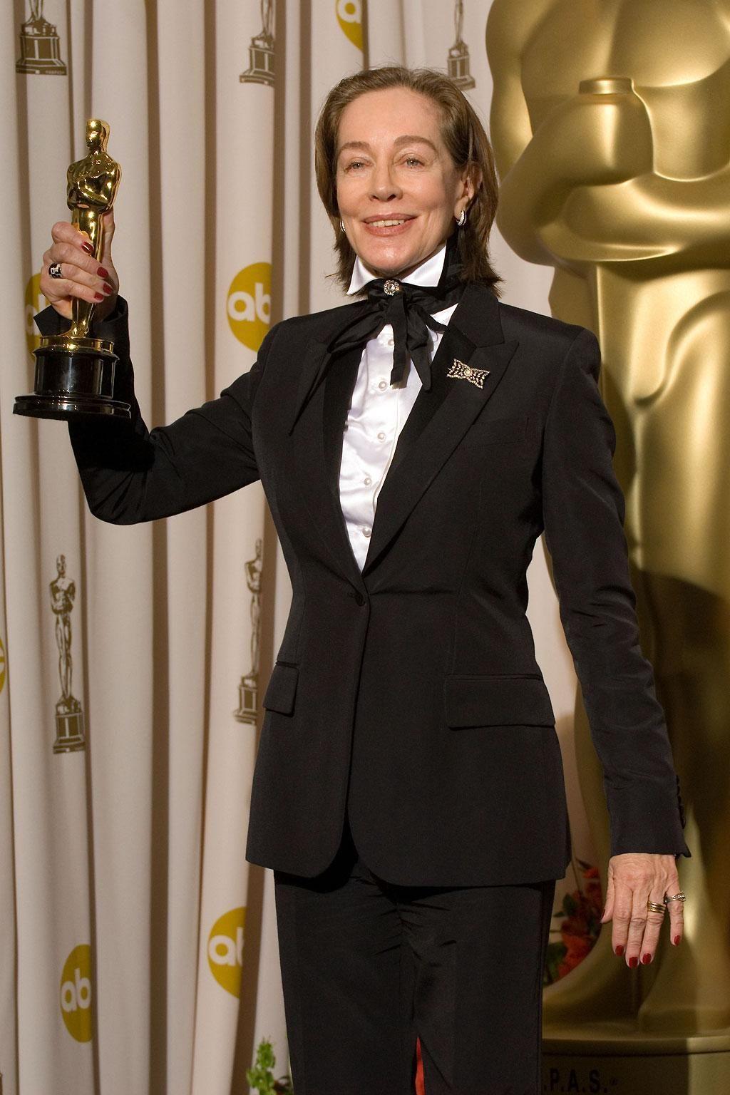 """Milena Canonero lors de la 79e cérémonie des Oscars en 2007 pour """"Marie-Antoinette"""" de Sofia Coppola (2006)."""
