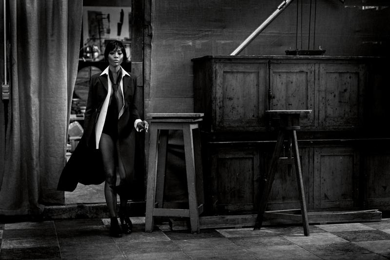 Manteau en laine, DIOR. Chemise et cravate, GIORGIO ARMANI. Chaussures, CARVIL. Chaussettes, FALKE.