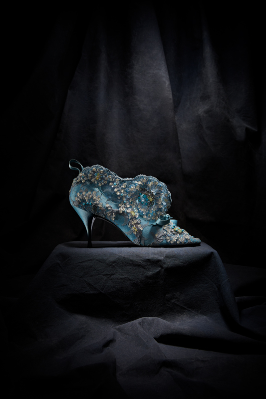 Bottillon du soir à talon talon Louis XV, en satin recouvert de dentelle Chantilly rebrodée, automne-hiver 1961. Christian Dior par Roger Vivier. Collection The Metropolitan Museum of Art, New York. © Gérard Uféras
