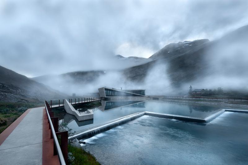 """Refuge de béton et de verre construit par l'agence Reiulf Ramstad Arkitekter le long de la """"route des Trolls"""", en Norvège."""