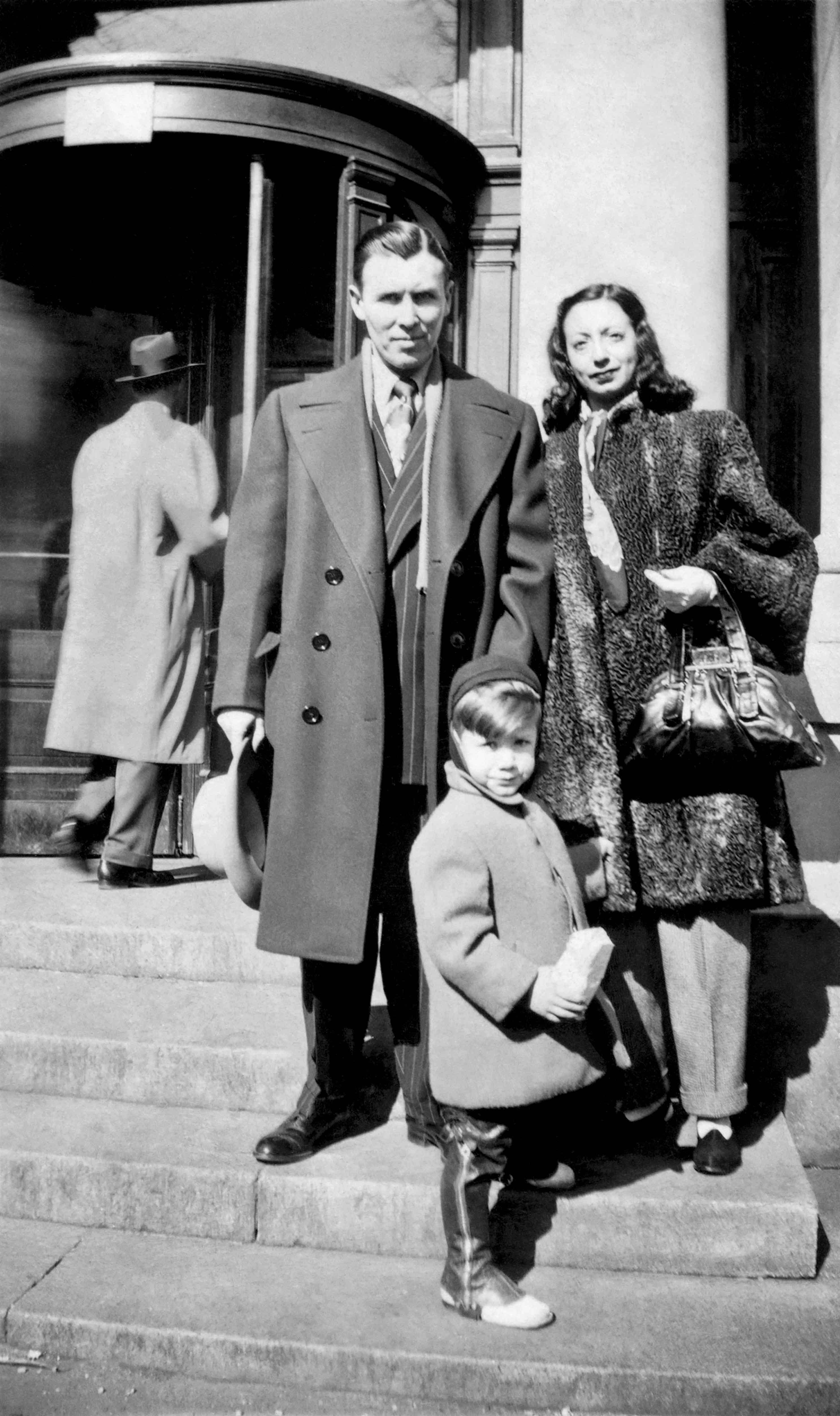 Le style, une histoire de famille chez les Klein. Calvin enfant en legging de cuir, entouré par ses deux parents.