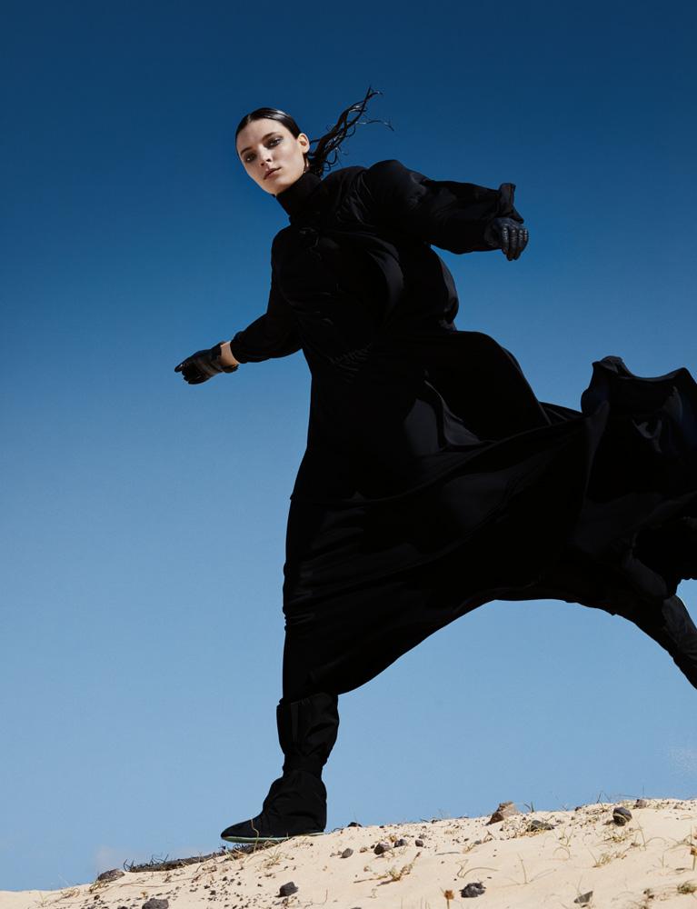 Robe longue à manches longues en jersey noir DIOR. Boots, vintage. Gants, SERMONETA GLOVES.