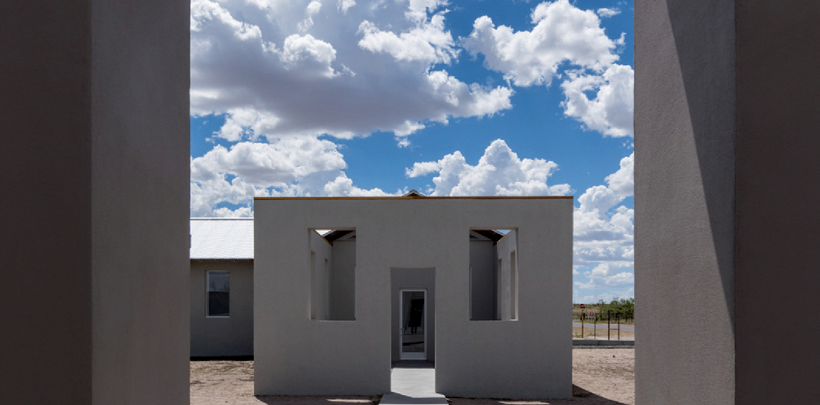Installation de Robert Irwin, Untitled (Dawn to Dusk), 2016. Collection permanente, The Chinati Foundation. Photo par Philipp Scholz Rittermann, courtesy of The Chinati Foundation © 2017 Robert Irwin/ARS, New York