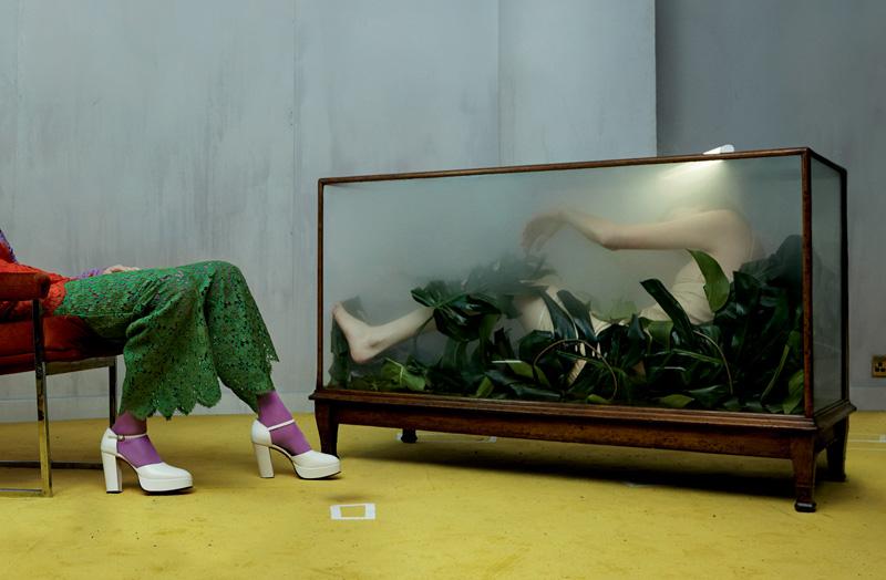 À gauche : gilet, débardeur et pantalon en guipure de coton, et chaussures, GUCCI. Collant, BALENCIAGA. À droite : robe en soie, PRADA.