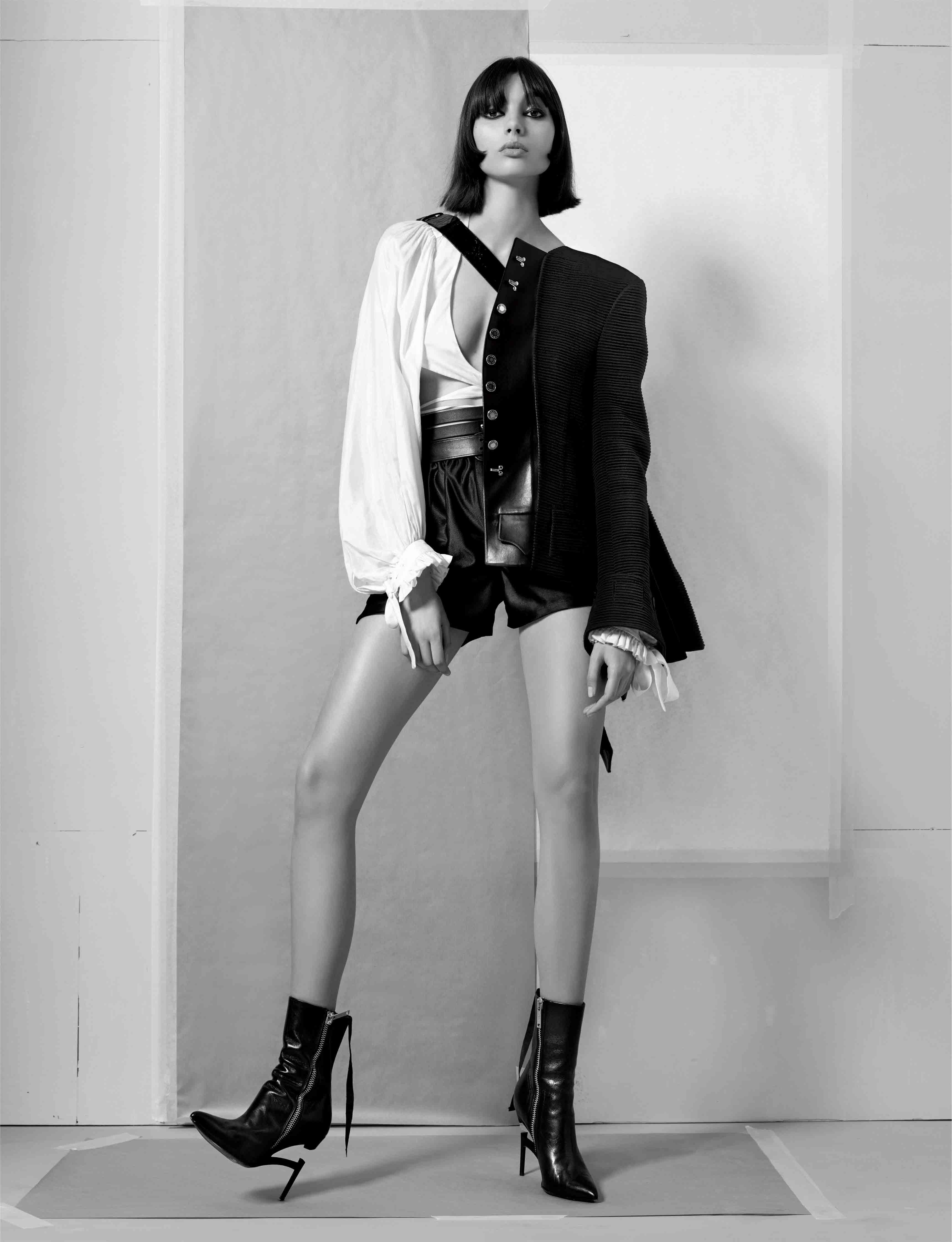 Redingote en soie et coton, blouse courte en soie et short en coton, LOUIS VUITTON. Boots, UNRAVEL.